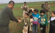 Afrin zaferini tatlı dağıtarak kutladılar