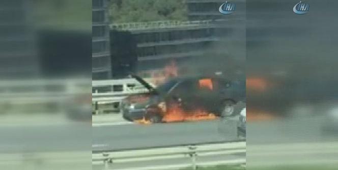 TEM Otoyolu'nda araç alev aldı ! Yol trafiğe kapatıldı