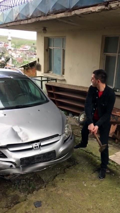 Arkadaşına kızdı aracını çekiçle parçaladı