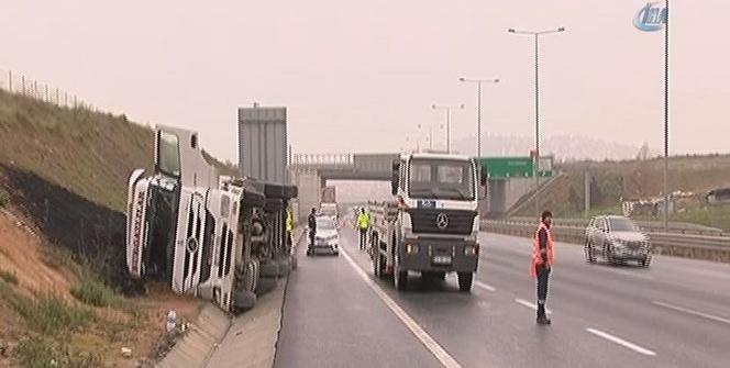 Kuzey Marmara Otoyolu'nda tır yan yattı