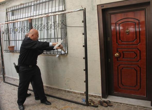 Kocası eve kilitledi, polis pencereden kurtardı