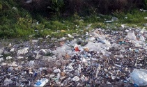 Fırtına sonrası sahil kenarı çöp yığınına döndü