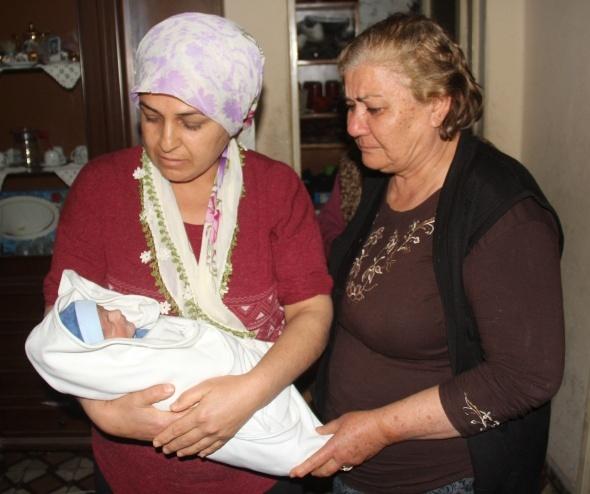 Çöplerin arasında bulunan yeni doğmuş bebek mahalleliyi ağlattı