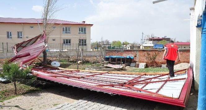 Okulun kopan çatısı evin bahçesine düştü