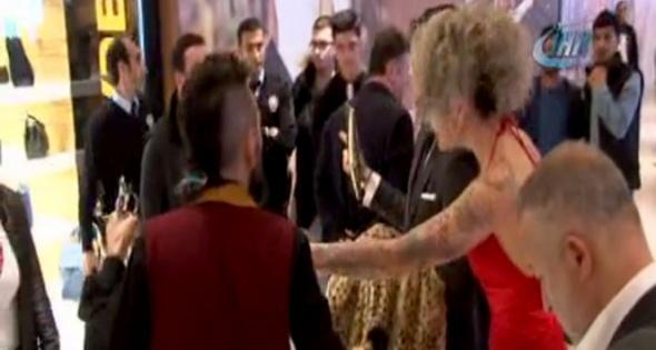 Galada saldırı! Berna Öztürk'ü kolundan tutup kaçırmak istedi