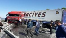 Kaza yapan tır Karadeniz Sahil Yolunu ulaşıma kapattı