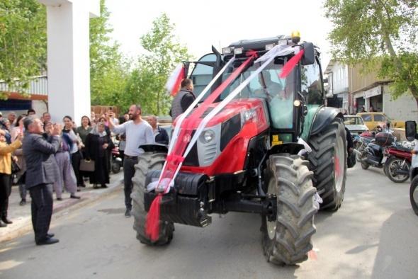 Traktörle gelin konvoyu sürprizi