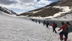 13 kişilik ekip, buzul göllerine tırmandı