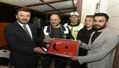 AK Partiden nöbet tutan polislere tatlı sürprizi
