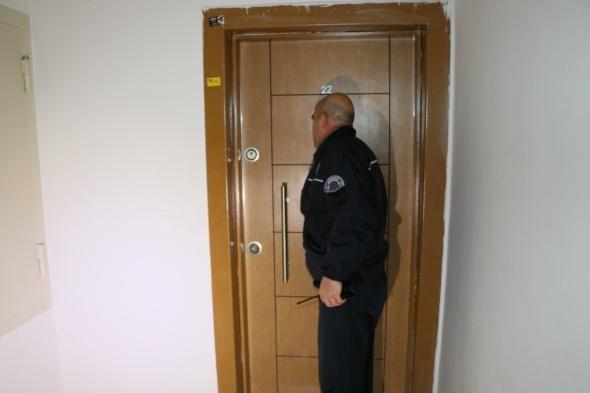 Komşusu sesleri duydu, polis kapıyı açınca...