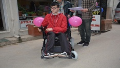 Öğrencinin akülü tekerlekli sandalye sevinci