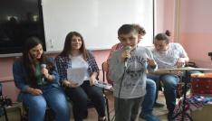 Özel öğrenciler şarkı söyleyip dans etti