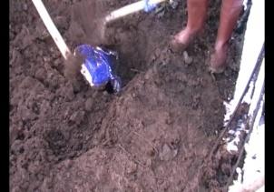 Toprağa gömülmüş halde bulundu! Gülen imzalı...