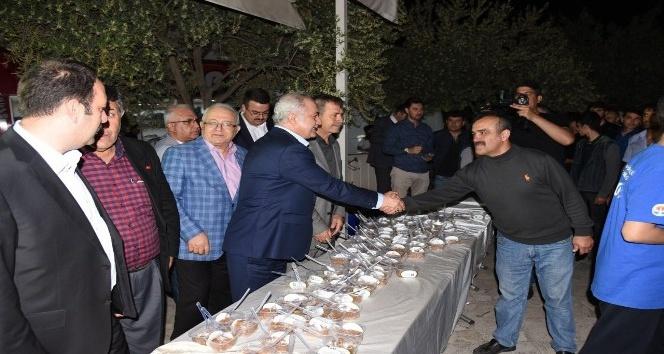 Osmaniye Belediyesi Miraç Kandilinde camilerde helva ikram etti