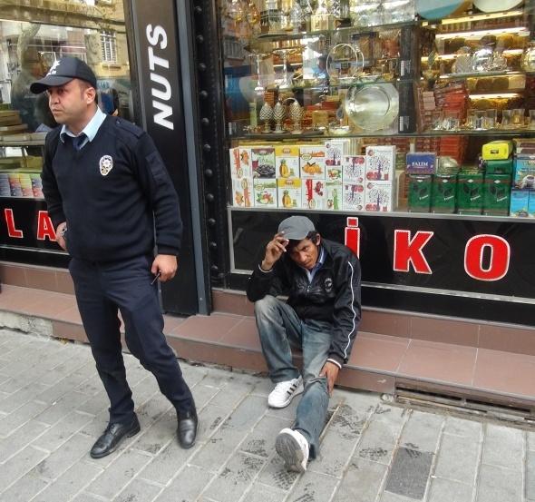Taksim'de hareketli dakikalar! Polis böyle kurtardı