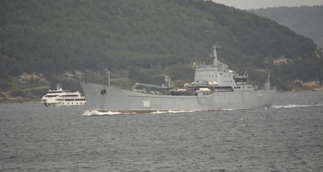 Askeri araç yüklü Rus savaş gemisi Çanakkale Boğazından geçti