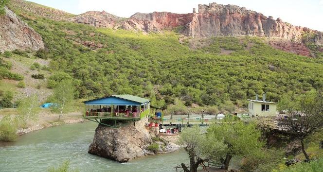 Kaya üzerindeki restoran doğal güzellik sunuyor