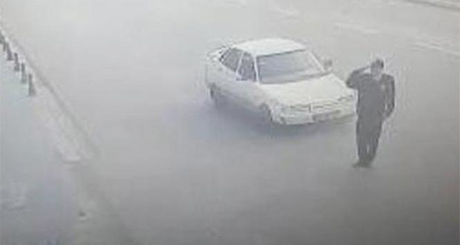 Selam vermek için yola çıkan polis memuruna araba çarptı
