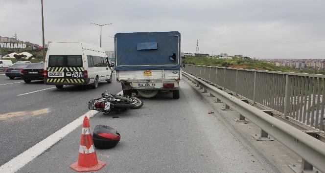 TEM'de motosikletli kamyonete çarptı : 1 ölü