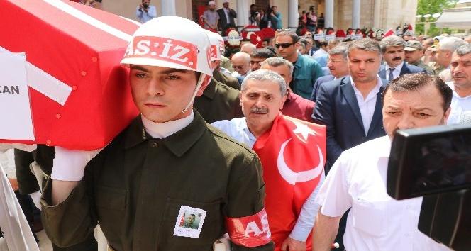 Sırtına Türk bayrağı geçirip şehit oğlunu son yolculuğuna uğurladı