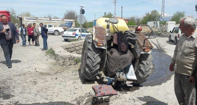Otomobilin çarptığı traktör 2'ye bölündü: 2 yaralı