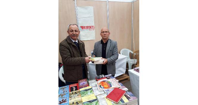Kitap fuarında köy okulları için kitap topladı