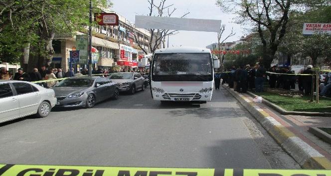 Üsküdar'da yaşlı kadın servis midibüsünün altında kaldı