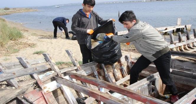 Altınova Kum Adası'nı temizleyen öğrencilerden anlamlı mesaj