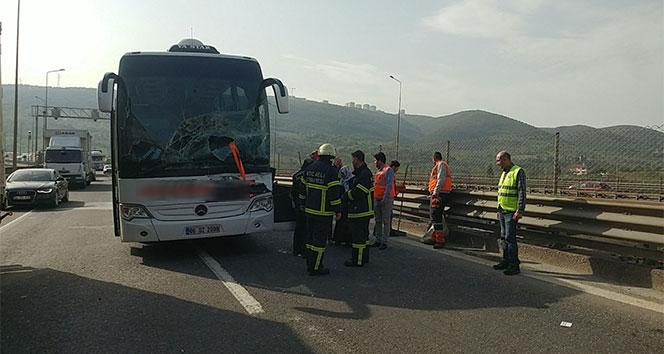 TEMde yolcu otobüsü tıra çarptı: 2 yaralı