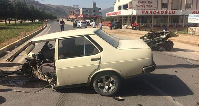 İkiye bölünen otomobilden sağ çıktılar...