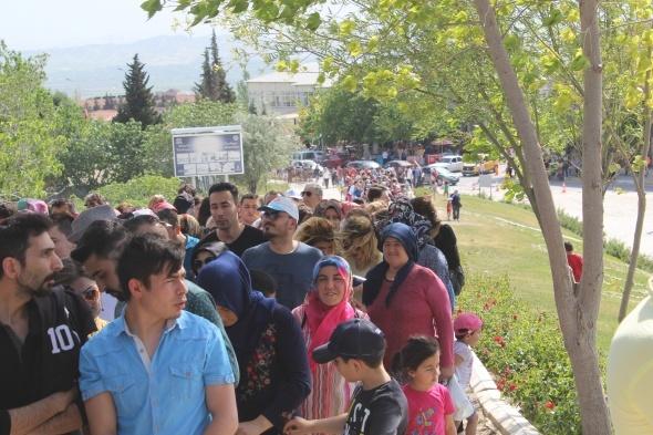 Ücretsiz giriş için vatandaşlar uzun kuyruklar oluşturdu