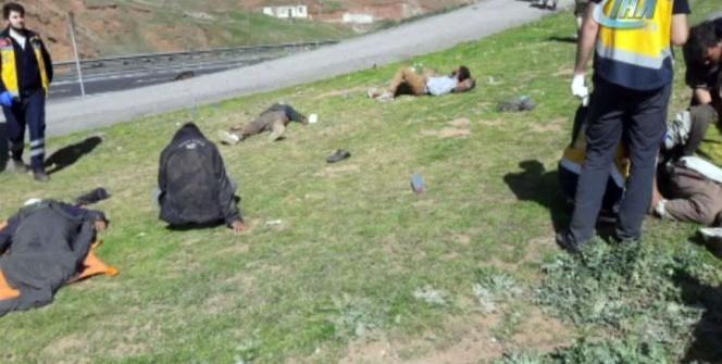 Kaçak göçmenleri taşıyan kamyon devrildi: 1 ölü, 64 yaralı
