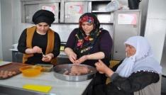 Kızlar, anneleriyle Muş Köftesi yarışmasına katıldı