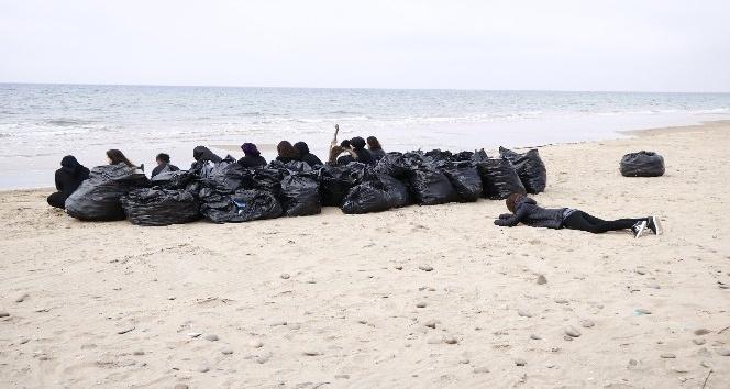 OMÜlü çevreci öğrenciler Sinopta Sarıkumu temizledi