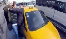 Motosikletliyle servis şoförünün tekme tokat kavgası kamerada