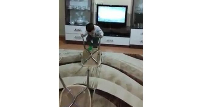 Çocuğu için evde sandalyeden Survivor parkuru kurdu