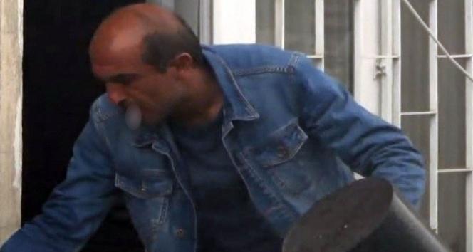 Ağzındaki sigara ile yangını söndürmeye çalıştı