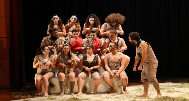 SAÜlü öğrenciler Hayvan Çiftliği oyununu sahnelediler