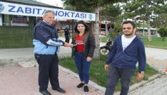 Üniversite öğrencileri yerde buldukları bin 800 lirayı zabıtaya teslim etti