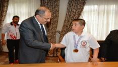 Başarılı sporculardan Vali Kabana ziyaret
