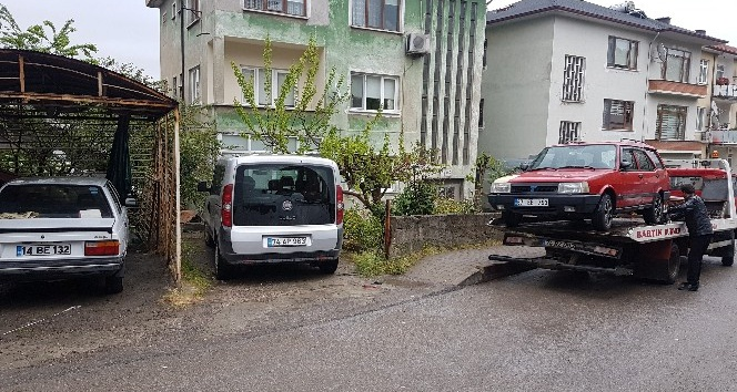 Bartında trafik kurallarına uymayan araçlar çekici ile kaldırılıyor