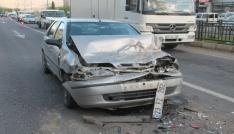 Otomobil, kırmızı ışıkta kamyonete çarptı: 3 yaralı