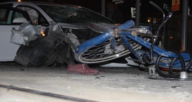 Konyada kontrolden çıkan otomobil önce bisikletliye sonra tramvay durağına daldı: 1 ölü