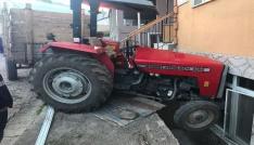 Freni tutmayan traktör eve daldı