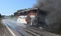 Anzakları taşıyan tur otobüsü alev alev yandı
