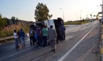 Servis minibüsü ile otomobil çarpıştı: 25 yaralı
