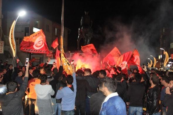Derbi maçı sonrası taraftarlar sokağa döküldü!