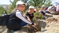 Minik öğrenciler beraber büyüyecekleri fidanlarını toprakla buluşturdu