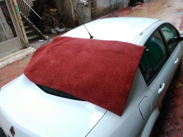 Şiddetli yağmur ve dolu vurdu, araçların camları kırıldı
