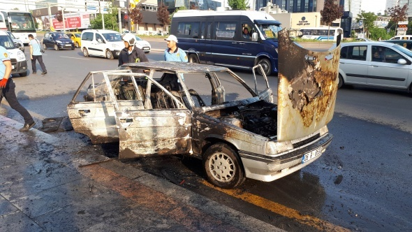 Ankara'da seyir halindeki otomobil alev alev yandı